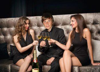 С Барановской покончено навсегда? Пьяный Аршавин проводит время с двумя молодыми девушками