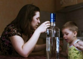 Мать заперла детей в квартире и уехала в другой город пить водку (2 фото)