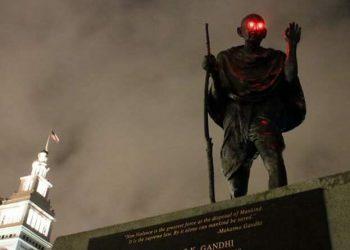 Кто-то «наградил» статую Ганди в Сан-Франциско светящимися красными глазами (7фото)