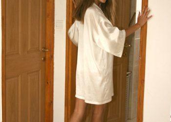 Голая красотка в халате
