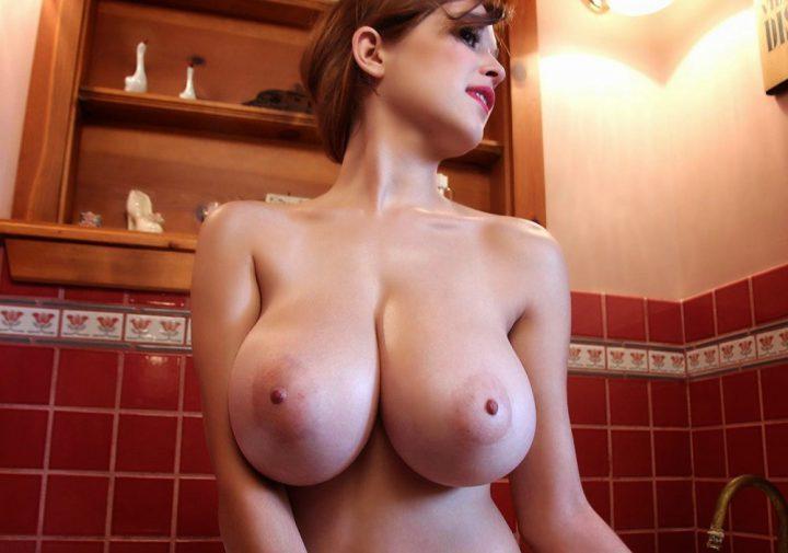 Прекрасная девушка с большими натуральными сиськами сидит в ванной