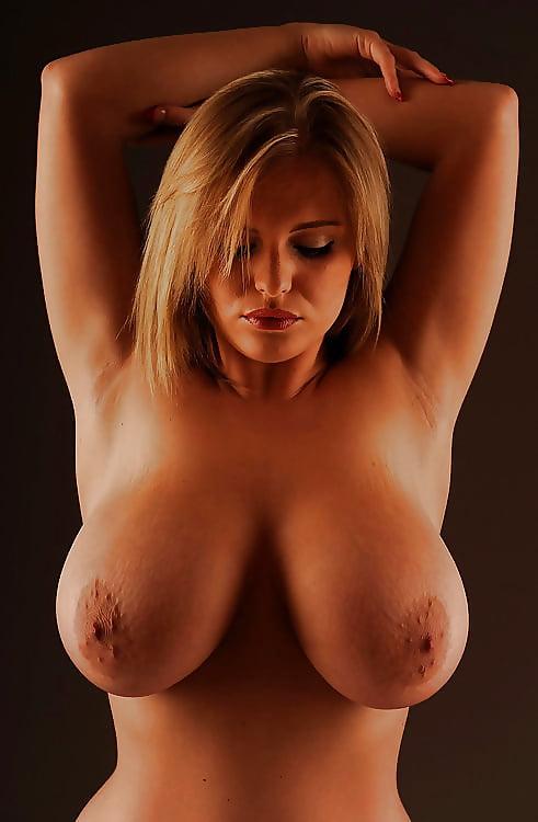 Молодая девушка блондинка с натуральными пышными большими сиськами