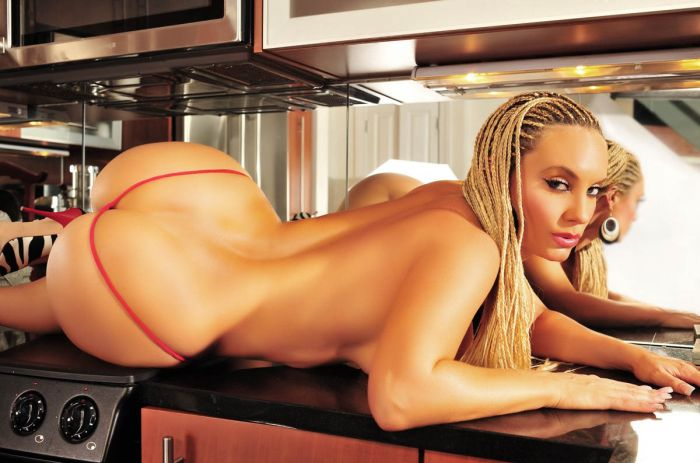 Девушка с африканскими косичками лежит голая на кухне показав всем большую попку