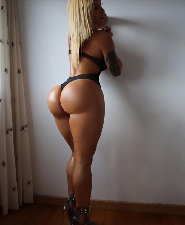 Стройная блондинка с накаченной большой попкой
