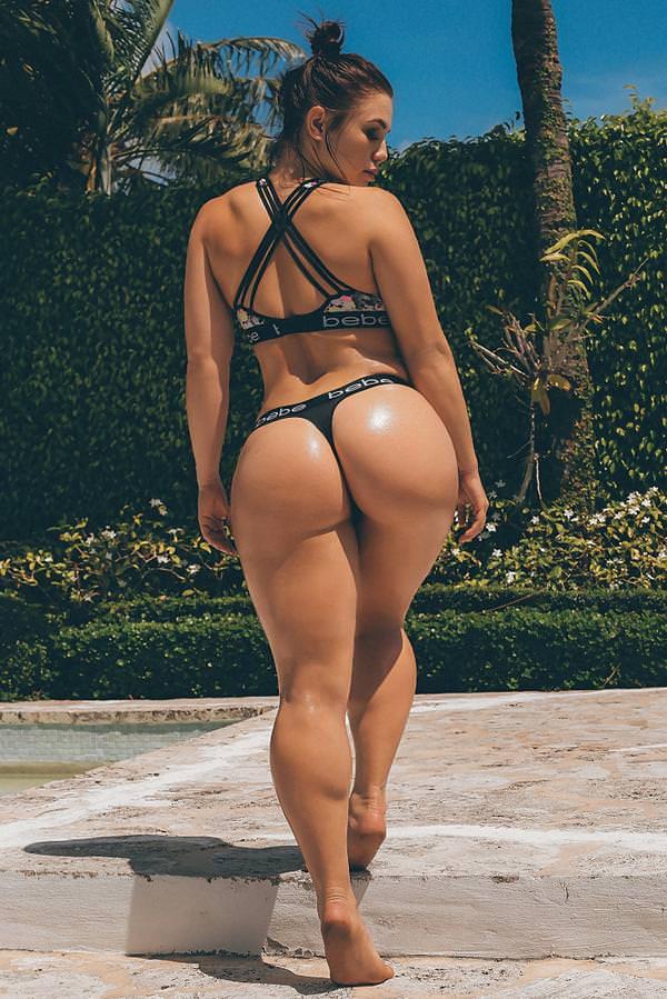Фигуристая девушка в купальнике с гладкой большой попкой