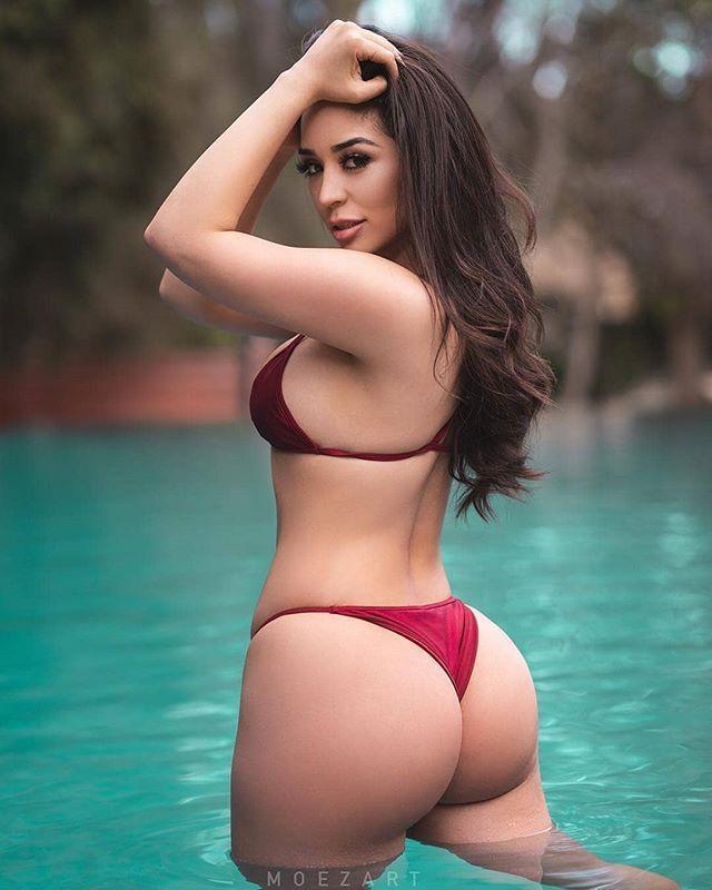 Сексуальная девушка в откровенном купальнике с большой попой