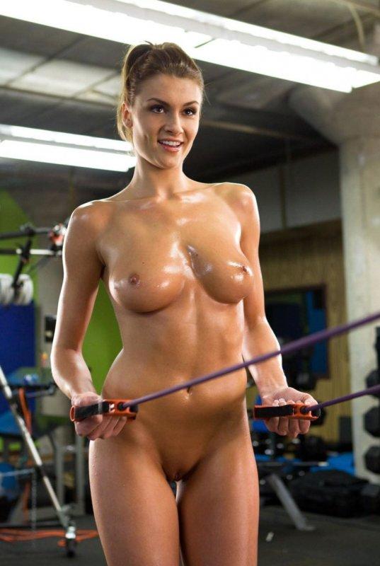 Голая мокрая девушка тренируется в спортзале