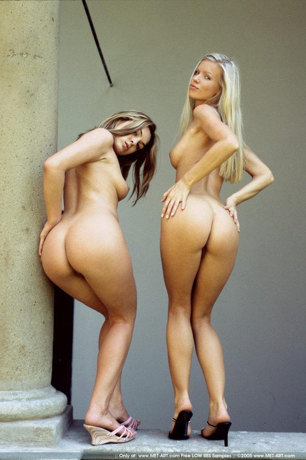 Две стройные девушки сняли одежды и фоткают свои круглые попы