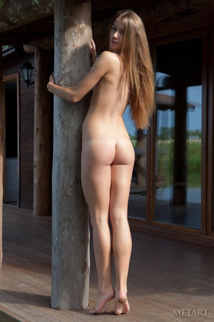Высокая девушка с маленькой попой стоит голая