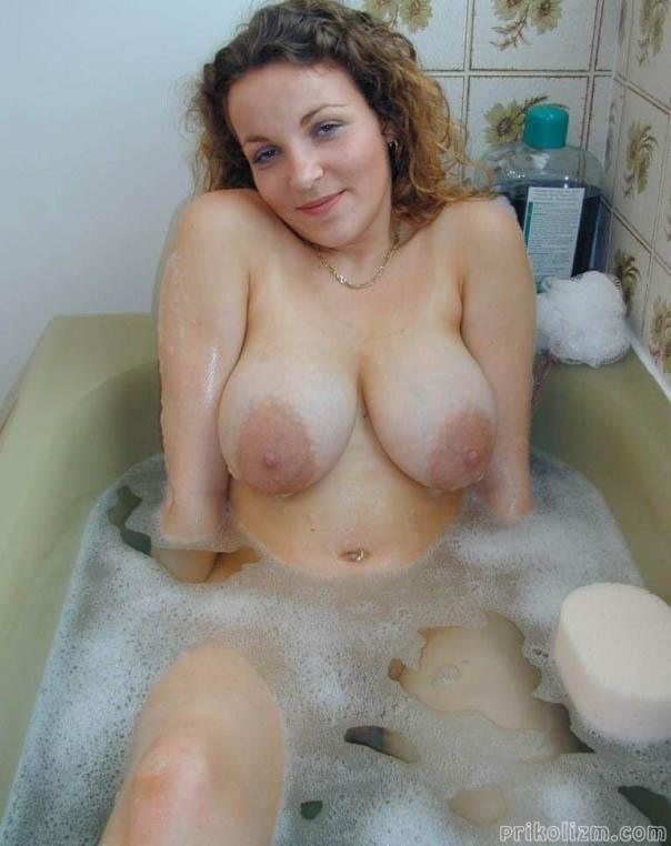 Милая девушка в ванной с пеной выставила свой большущие натуральные сиськи с гигантскими ареолами