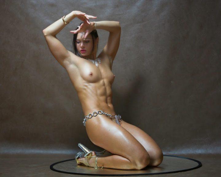 Фитнес девушка с кубиками на животе голая с маленькими сиськами и торчащими сосками