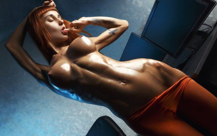 Рыжая девушка с блестящим голым телом