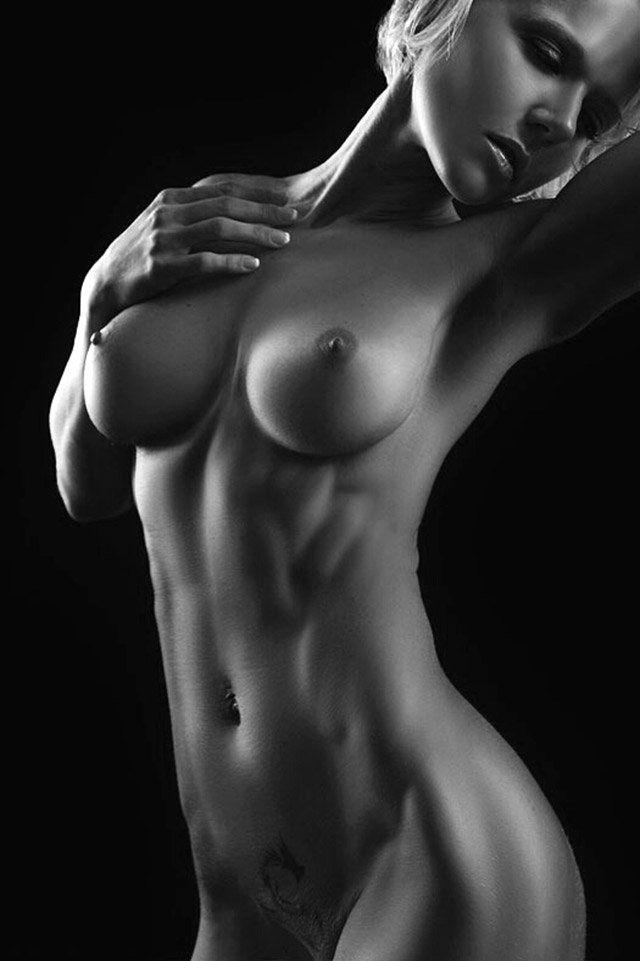 Нежная девушка с плоским животиком и красивой грудью