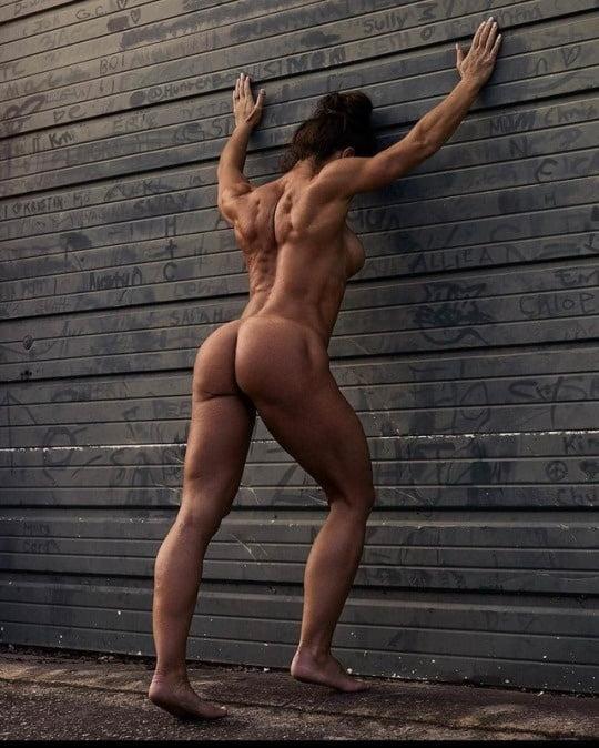 Красотка голая стоит спиной с накаченной большой попой