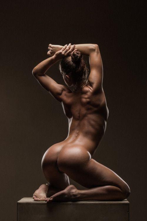 Красивая девушка спортсменка с красивой круглой попой