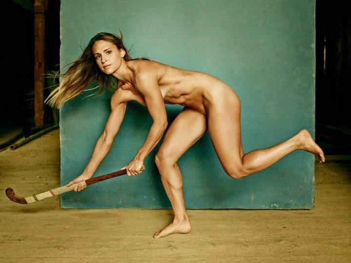 Красотка спортсменка голая с ретро клюшкой