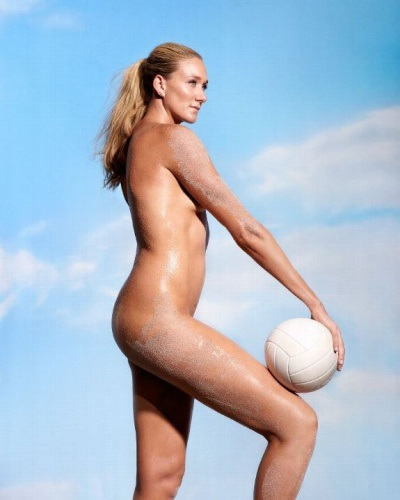 Высокая голая волейболистка извалялась в песке