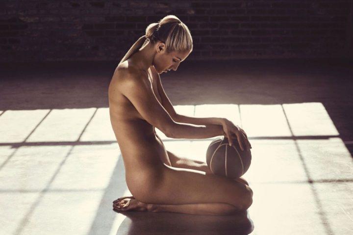 Прекрасная девушка баскетболистка обнаженная сидит в зале