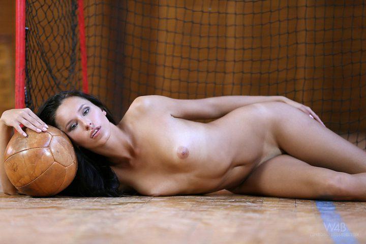 Девушка футболистка голая лежит у футбольных ворот