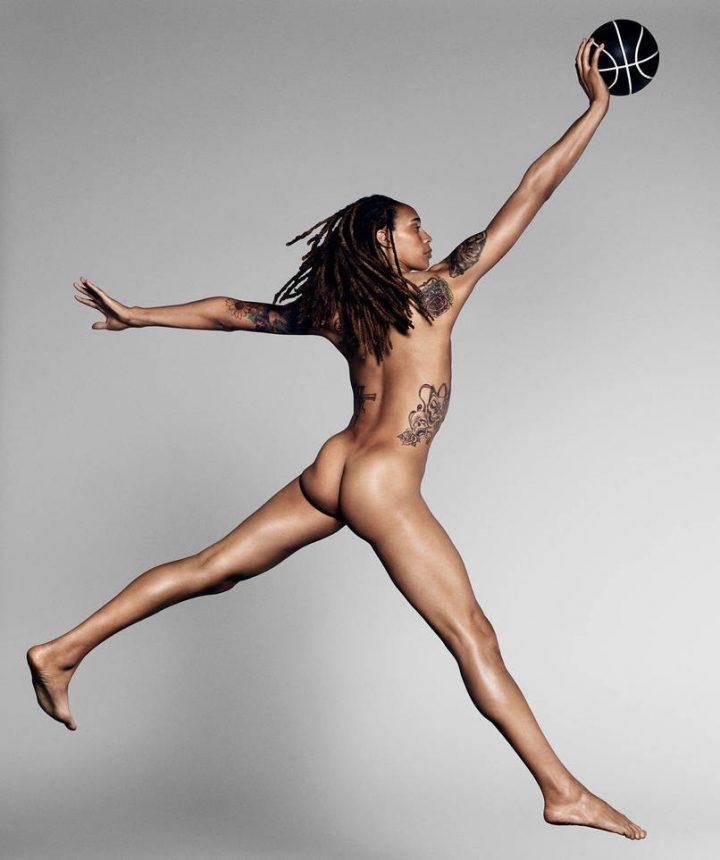 Девушка волейболистка с длинными ногами голая