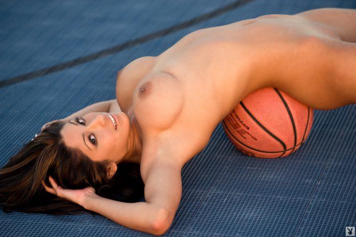 Баскетболистка лежит на мяче абсолютно голая