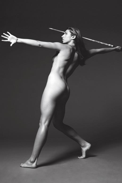 Метательница копья голая с накаченной попой