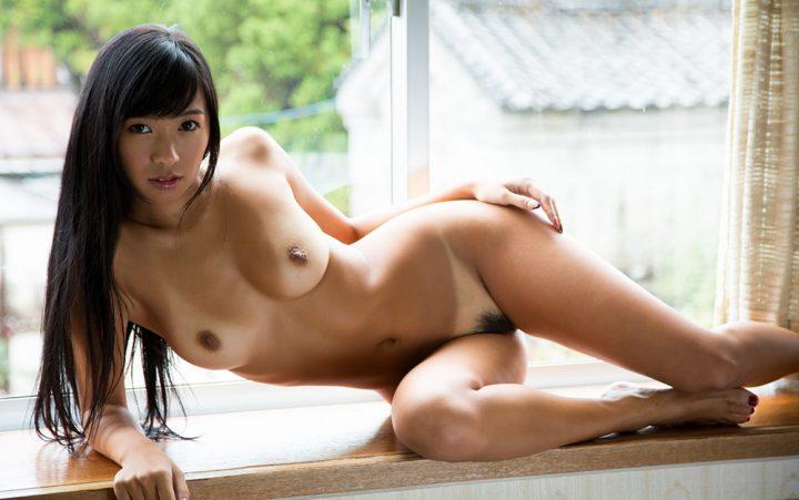 Сексуальная азиатка с круглыми бедрами и круглой грудью