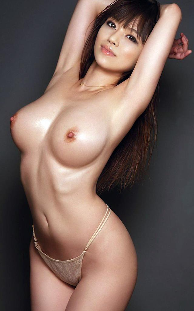 Красивая азиатка с упругими сиськами и с плоским животиком