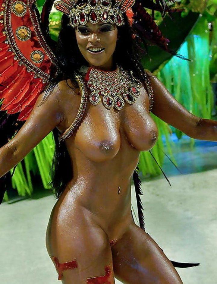 Голая бразильянка в перьях танцует на карнавале
