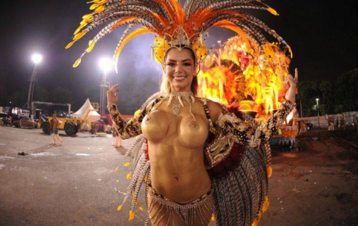 Красивая бразильянка в ярком костюме с голыми сиськами на карнавале