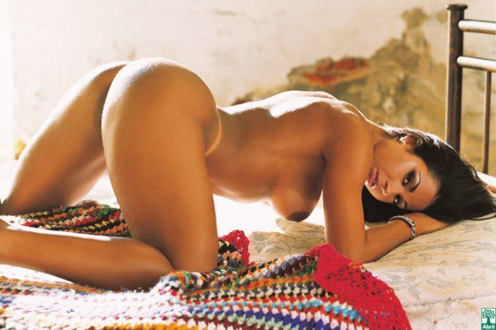 Стройная девушка из бразилии с красивой попой и голыми сиськами лежит раком на кровати