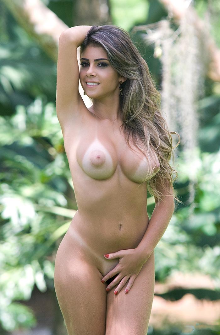 Голая бразильянка позирует в джунглях