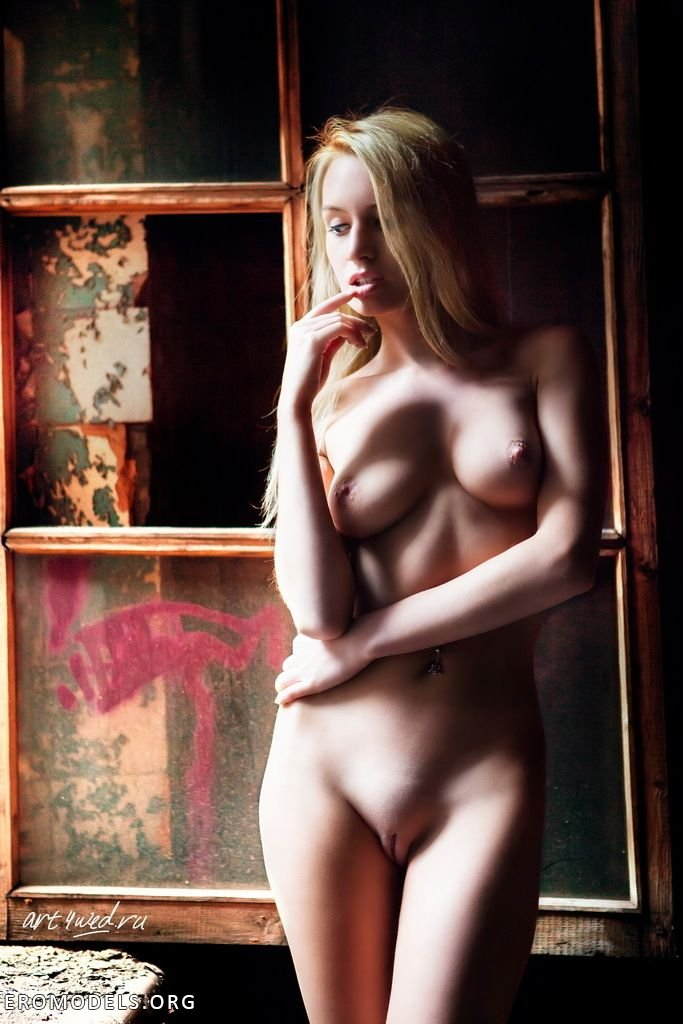 Смелая француженка с белыми волосами с натуральной грудью