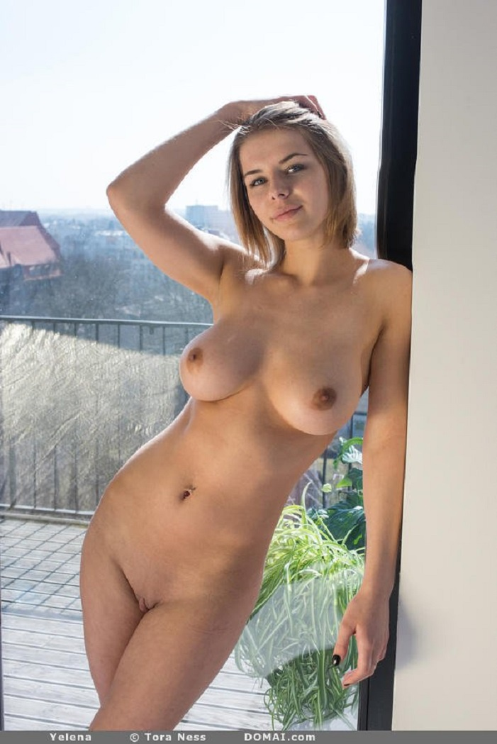Молодая немка позирует голой у окна