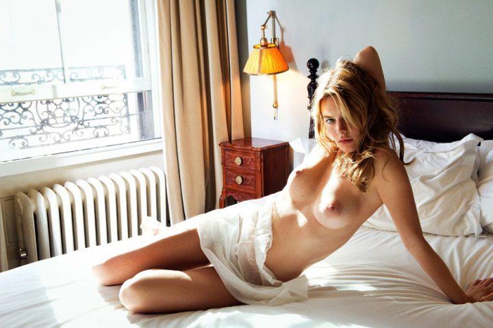 Нежная француженка проснулась голой