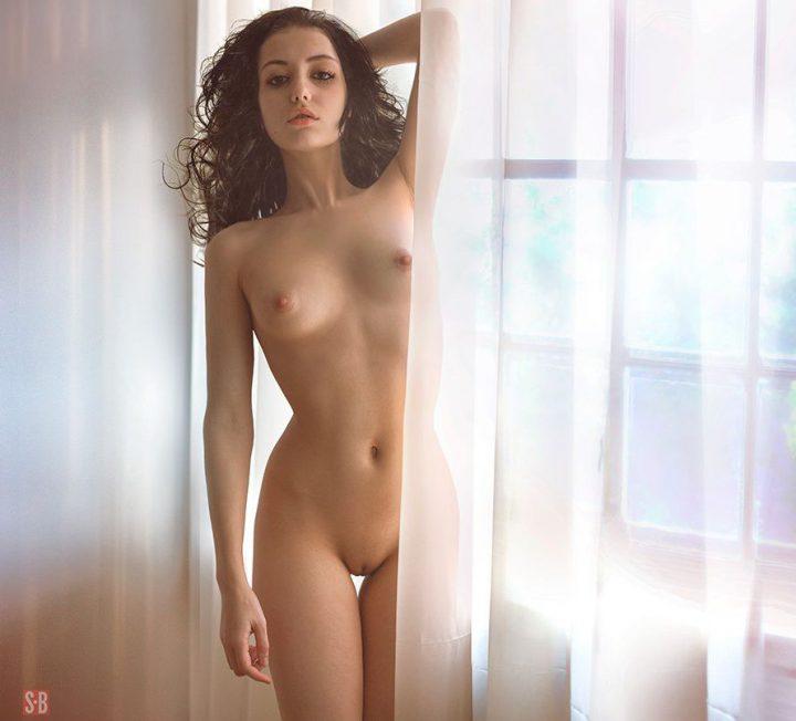 Молодая француженка у окна обнаженная возле окна