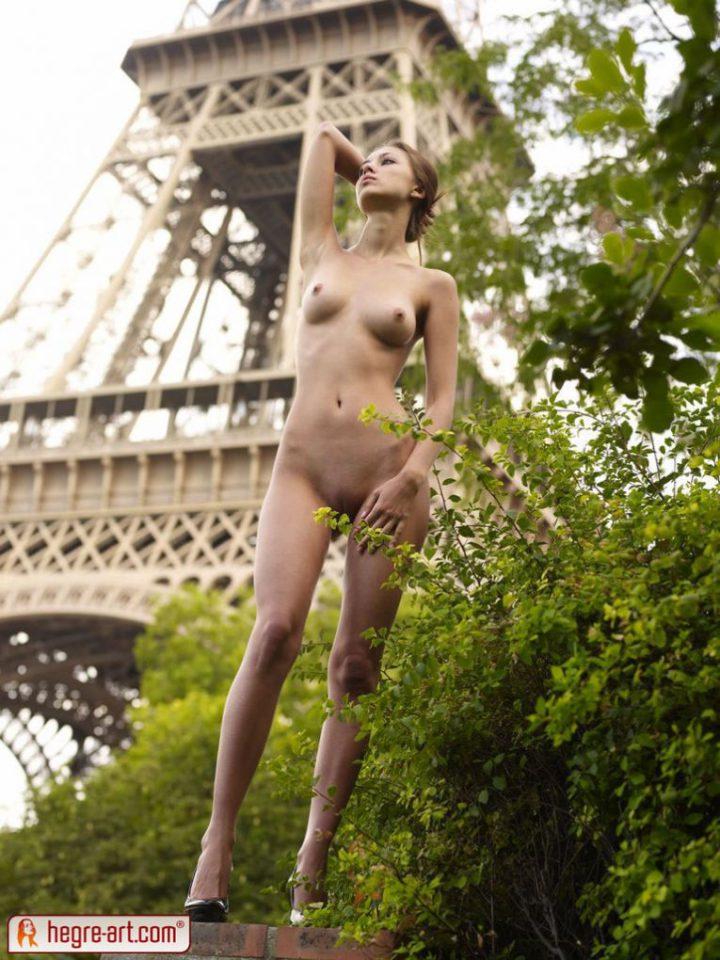 Смелая француженка голая на фоне эйфелевой башни
