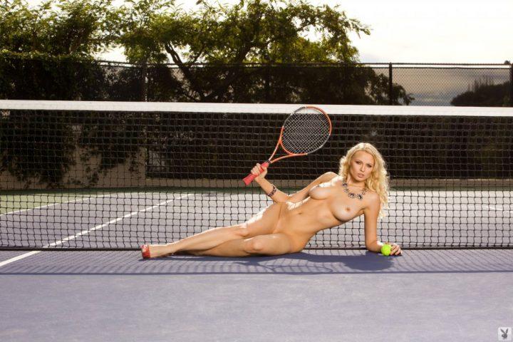 Блондинка спортсменка с красивой большой грудью
