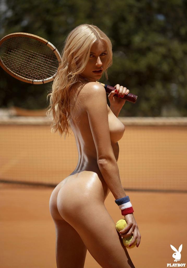 Красивая блондинка обнажённая с теннисными шариками в руках