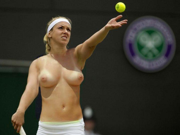 Теннисистка подает мяч с голыми сиськами