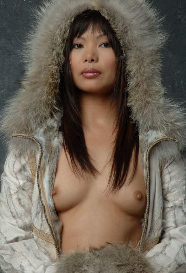 Серьезная девушка с севера в шубе с голыми сиськами