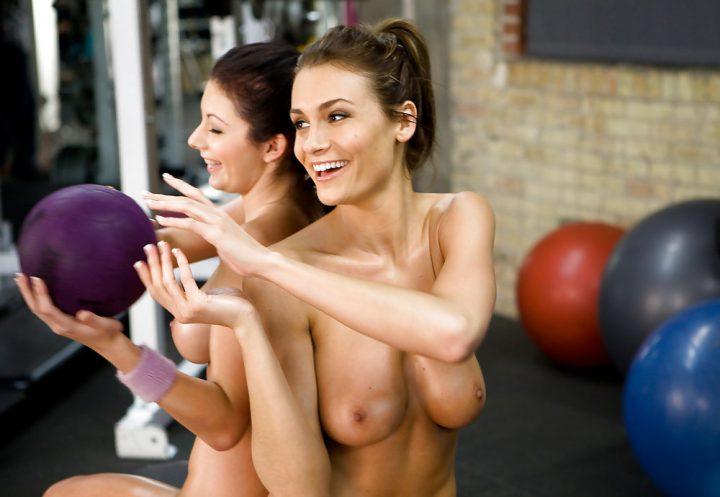 Девушки тренируются без одежды в спортзале