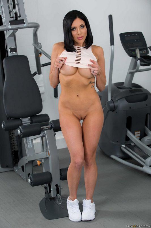 Подтянутая девушка сняла трусики и почти сняла майку в спортзале