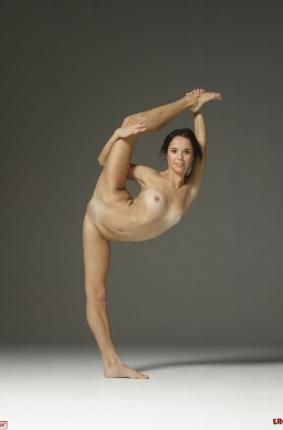 Спортсменка ногая делает гимнастическое упражнение