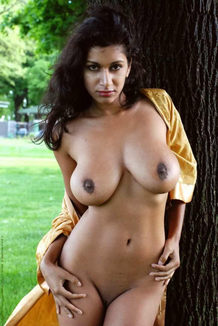 Не скромная индуска с большой натуральной грудью