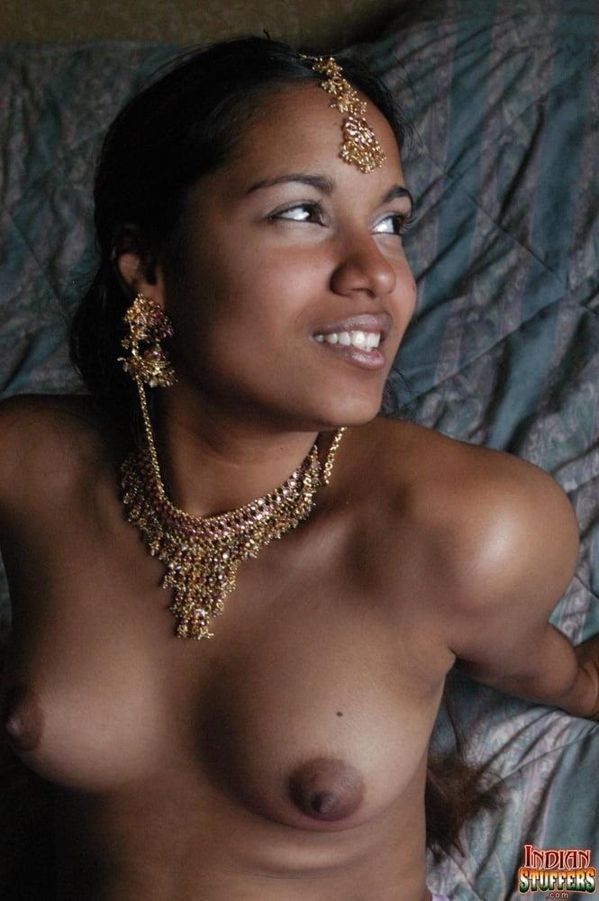 Привлекательная индуска в золотых украшениях