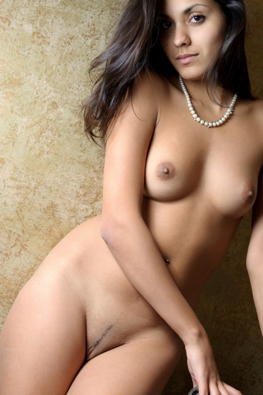 Молодая девушка из Индии без одежды