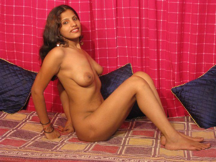 Раскрепощенная индуска фотографируется топлес
