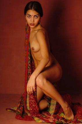 Колоритная девушка индуска с красивой обнаженной фигурой