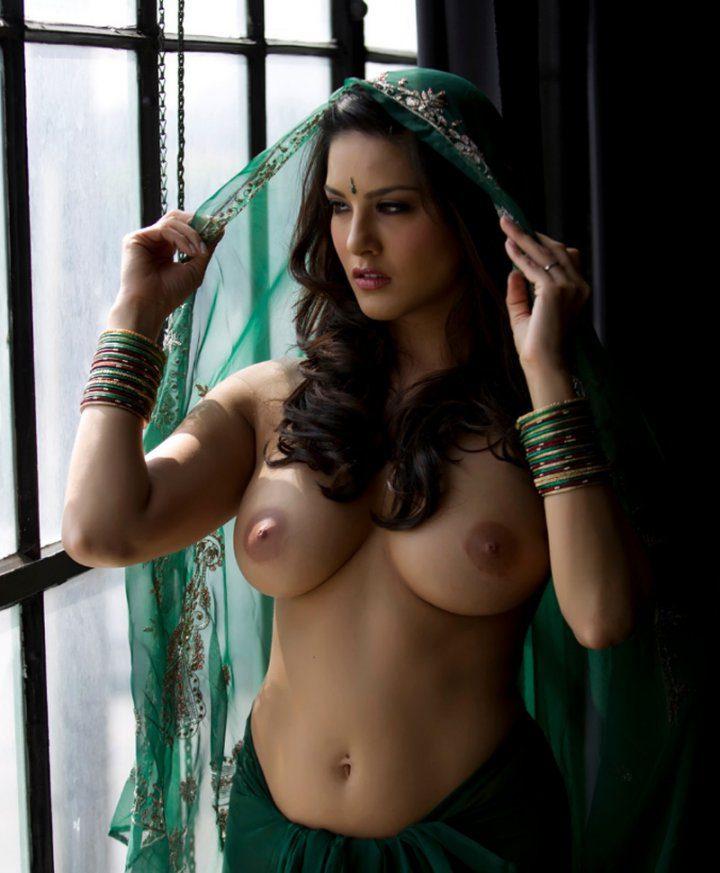 Красивая индийская девушка не успела надеть сари полностью